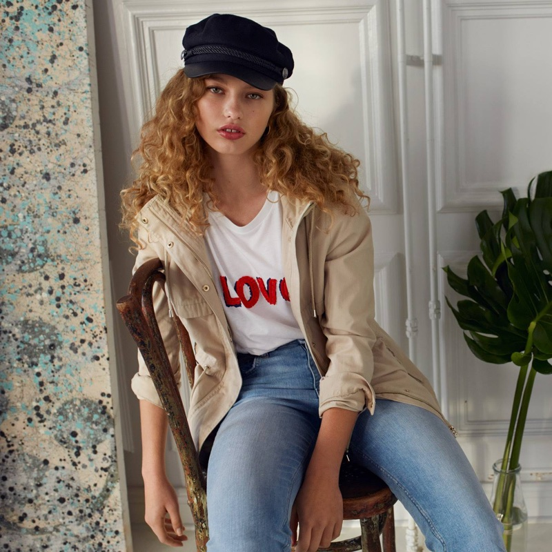 H&M Short Parka with Hood, T-Shirt with Appliqué, Vintage High Ankle Jeans and Captain's Cap